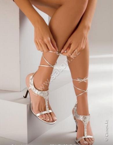 фото демонстрирует ножки в чулках и босоножках